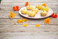Figues jaune pâle d'un plat rose image stock