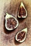 Figues mûres et délicieuses Morceaux de figues sur un plan rapproché de conseil en bois Vue de ci-avant Macro Images libres de droits