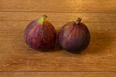 Figues mûres sur un fond en bois Photographie stock libre de droits