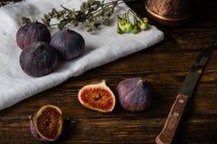 Figues mûres et juteuses se trouvant sur la table rustique Images stock