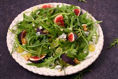 Figues, raisins, fromage, et salade d'arugula Images stock