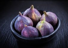 Figues sur la table en bois Photo stock