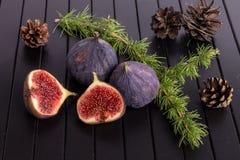 Figues sur la table en bois noire Image stock