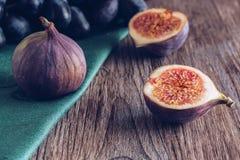 Figues sur une table foncée en bois Durée toujours avec des figues Foyer sélectif Photos stock