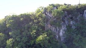 Figura aérea restos de la colina verde y de la muchacha en el carril de piedra de los pasos almacen de video