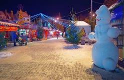 Figura adorable del muñeco de nieve en un mercado europeo de la Navidad Imagenes de archivo