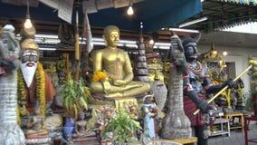 figura asiática buddhism de la venta de la tienda que hace compras 4K Mercado en la calle de Bangkok metrajes