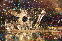 Figura astratta del ghiaccio in acqua su un fondo festivo Fotografia Stock Libera da Diritti