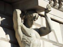 Figura atlante, balcone sostenente di costruzione Fotografie Stock