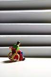 Figura B del hombre de las escaleras del acceso de la silla de ruedas Imagen de archivo libre de regalías