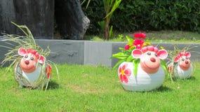 Figura benvenuta divertente piacevole in giardino tropicale asiatico Fotografia Stock Libera da Diritti