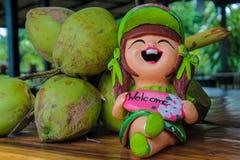 Figura benvenuta piacevole in giardino tropicale asiatico Fotografia Stock Libera da Diritti