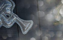 Figura brilhante de um anjo com uma trombeta no vagabundos de madeira pretos Imagens de Stock Royalty Free