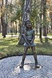Figura bronzea di un tennis della ragazza, insieme nel parco di Gorkij dentro fotografie stock