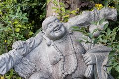 Figura Buda que se sienta de risa en el aire abierto fotografía de archivo