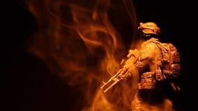 Figura cantidad oscura del soldado del hd del fondo del humo almacen de video