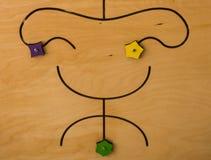 Figura cinzelada de sorriso na madeira compensada foto de stock royalty free