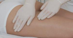 Figura corrección del hardware Cosmetología de la máquina Mujer hermosa que tiene cavitación, procedimiento que quita las celulit almacen de video