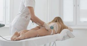 Figura corrección del hardware Tratamiento que contornea del cuerpo de la cavitación del ultrasonido Mujer hermosa que consigue l almacen de metraje de vídeo