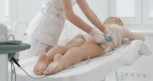 Figura corrección del hardware Tratamiento que contornea del cuerpo de la cavitación del ultrasonido Mujer hermosa que consigue l almacen de video