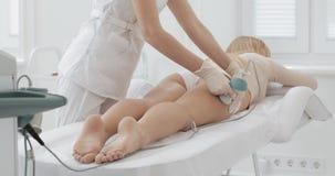 Figura correzione dell'hardware Trattamento di contorno del corpo di cavitazione di ultrasuono Bella donna che ottiene le anti-ce archivi video