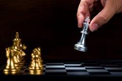 Figura d'argento commovente al bordo, figh di scacchi di re dell'uomo di affari Immagini Stock Libere da Diritti