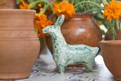 Figura da argila de um animal imaginário fantástico feito a mão e de umas bacias cerâmicas handcrafted na venda imagens de stock royalty free