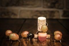 Figura da cortiça do vinho, homem do conceito que espreme para fora uvas Imagens de Stock Royalty Free