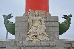 Figura da deusa do mar na coluna Rostral no quadrado da troca em Vasilyevsky Island em St Petersburg, Rússia Imagens de Stock Royalty Free