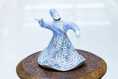 Figura da lembrança de homens turcos de uma dança no Dr. branco tradicional Fotografia de Stock