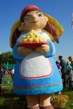 Figura da mulher Decoração do feriado em um parque Celebração de Sabantui em Moscou Imagem de Stock