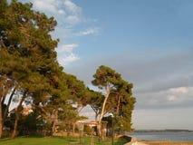 Figura da silhueta no mar Fundo para a paz, meditação, feriados, estilo de vida foto de stock royalty free