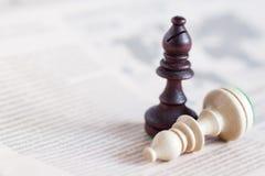 Figura da xadrez no jornal, o conceito do negócio - estratégia, a liderança, a equipe e o sucesso, o homem e a mulher no negócio Imagem de Stock Royalty Free