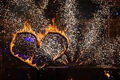 Figura dada forma coração do fogo na noite Foto de Stock Royalty Free
