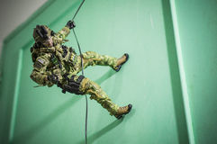 Figura de acción del soldado del equipo del hombre del juguete fondo del blanco Fotos de archivo