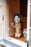 Figura de cerámica en la tienda de ventana fotos de archivo libres de regalías