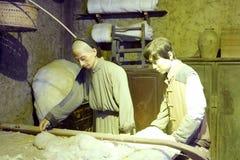 Figura de cera dos trabalhadores produzindo o núcleo das edredões do algodão, reb do adôbe fotografia de stock royalty free