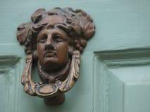 Figura de cobre amarillo golpeador de puerta de la cabeza Fotos de archivo libres de regalías