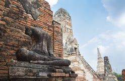 Figura de frenado antigua de Buda en el templo viejo del stupa en las RRPP de Ayuthaya Imagen de archivo