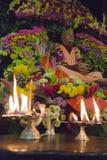 Figura de Guru Svami Prabhupada en flores imagenes de archivo