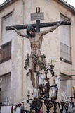 A figura de Jesus na cruz cinzelou na madeira pelo escultor Alva imagem de stock