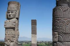 Figura de la Atlántida y columnas antiguas en la vista arqueológica en Tula Foto de archivo