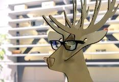 Figura de la cartulina de un ciervo en lentes de sol negros imágenes de archivo libres de regalías