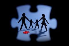 Figura de la familia con el pedazo rojo del rompecabezas ilustración del vector