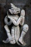 Figura de madeira cinzelada antiga em Shwe Nan Daw Kyaung, Myanmar Imagens de Stock