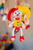 Figura de madeira colorida do palhaço que pendura na mola Foto de Stock