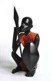 Figura de madeira de um guerreiro africano fotos de stock royalty free