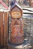 Figura de madeira de uma menina fotos de stock