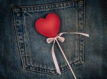 Figura de madeira do coração no fundo do bolso traseiro de b imagem de stock royalty free