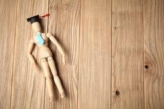 Figura de madeira do estudante, formação e educação imagens de stock